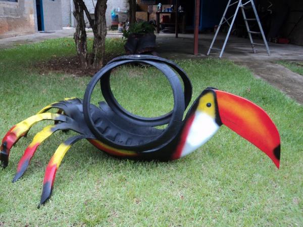 déco pneu recyclé un oiseau exotique