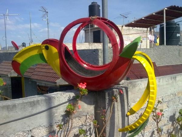 déco pneu recyclé un perroquet sur le mur