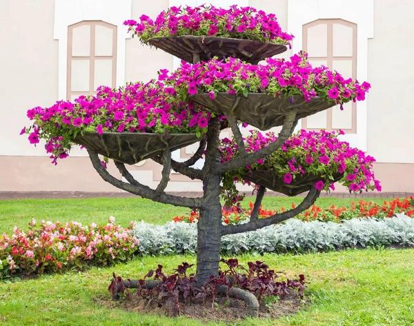 déco tronc d'arbre comme un stand de fleurs