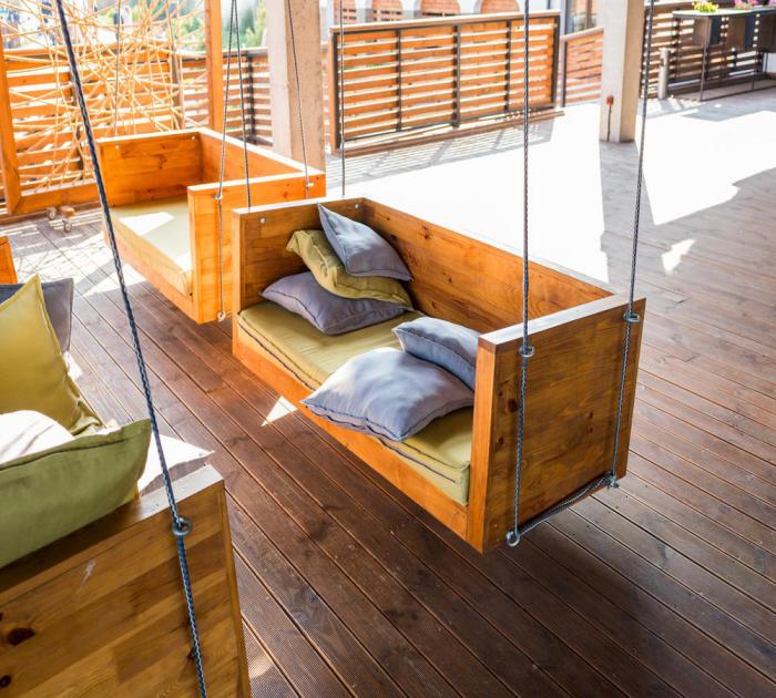 décoration terrasse extérieure moderne canapés suspendus