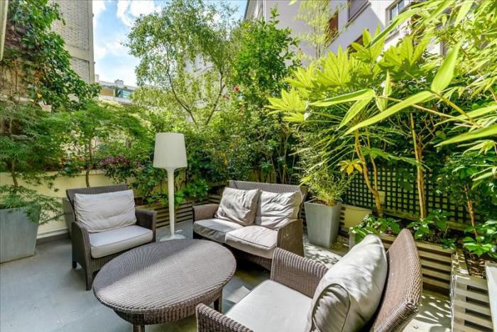 décoration terrasse extérieure moderne comme une oasis verte