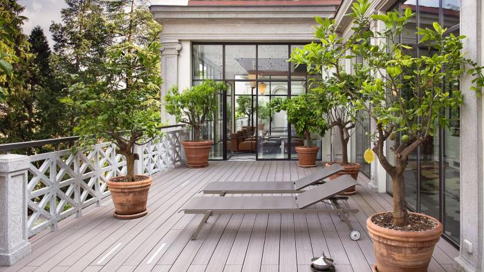 décoration terrasse extérieure moderne grands pots aux plantes