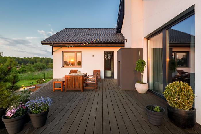 décoration terrasse extérieure moderne guirlandes d'ampoules pour éclairage