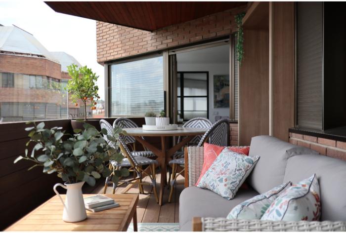 décoration terrasse extérieure moderne jolies chaises en rotin