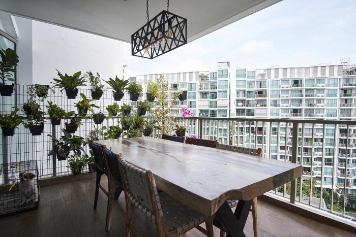 décoration terrasse extérieure moderne table lourde en bois