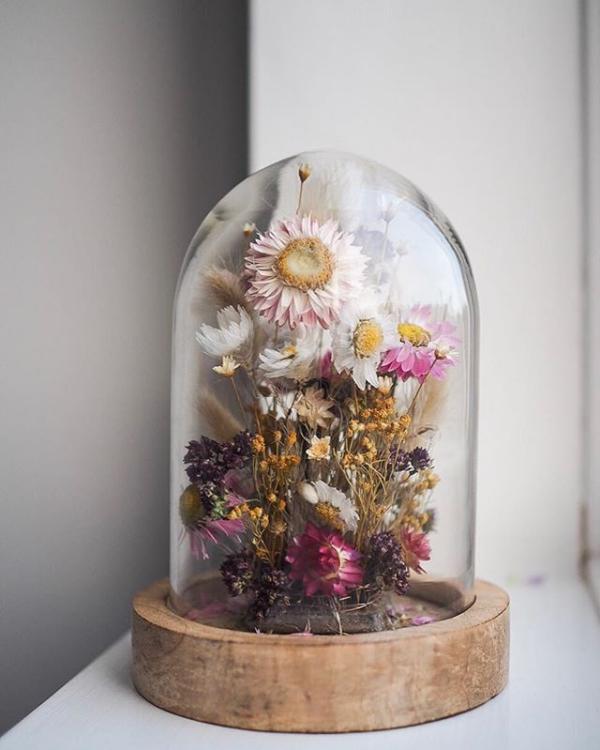 diy fleurs séchées sous cloche composition colorée