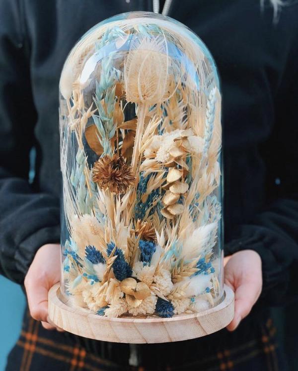 diy fleurs séchées sous cloche couleurs blanc et bleu