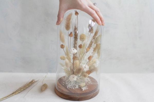diy fleurs séchées sous cloche poser la cloche