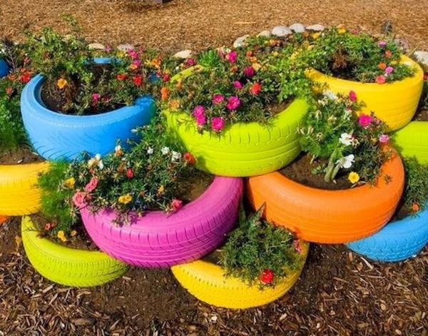 fleurs et plantes de vieux pneus