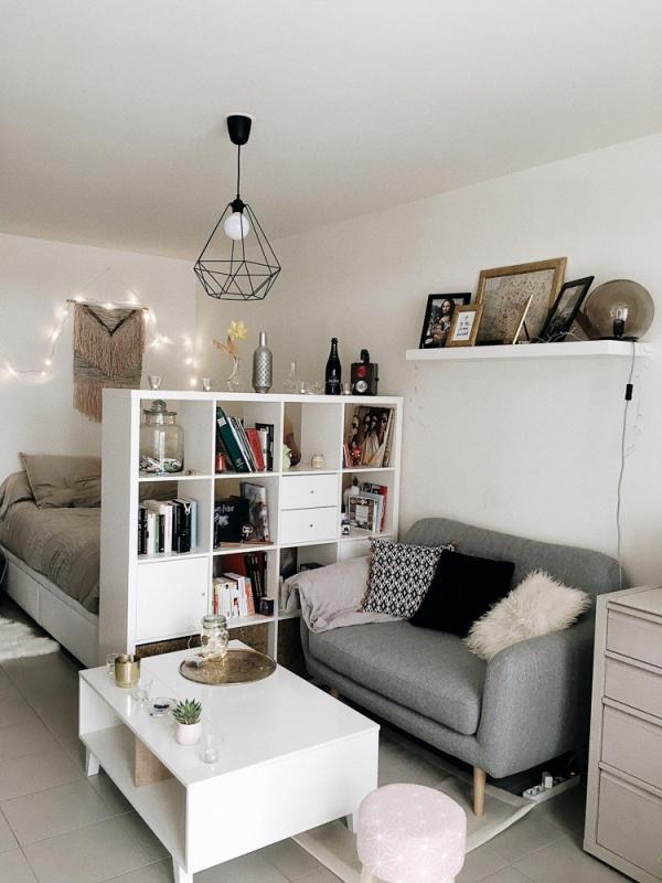 la chambre à coucher étagère avec tiroirs