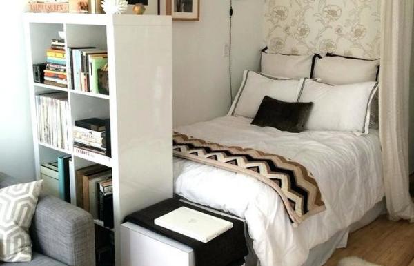 la chambre à coucher petite étagère et coffre