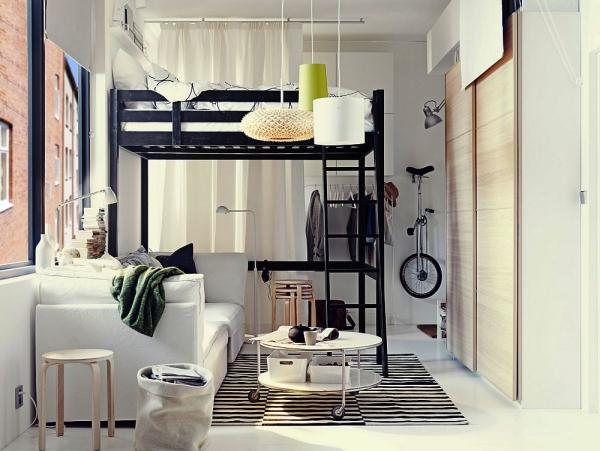 la chambre à coucher un lit haut