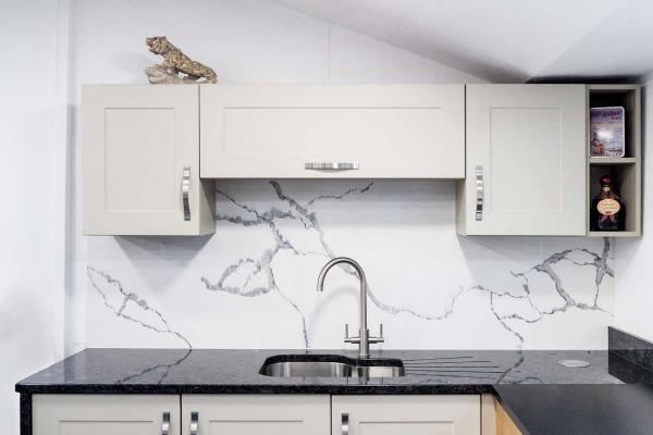 plaque crédence cuisine comparer le granit au marbre