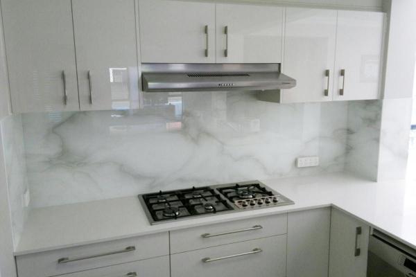 plaque crédence cuisine en différence du marbre