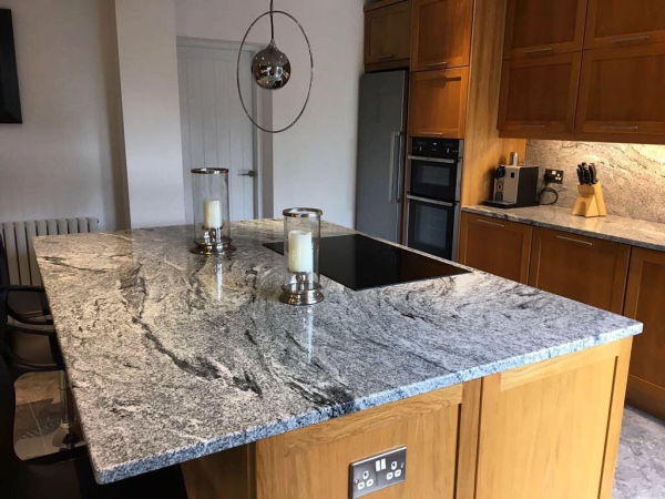 plaque crédence cuisine granit modulaire