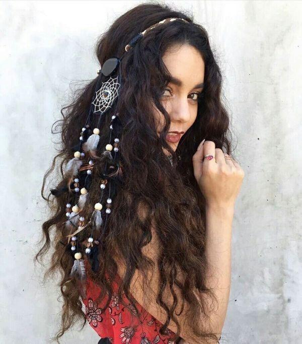 plumes dans les cheveux idée de coiffure bohème 2020