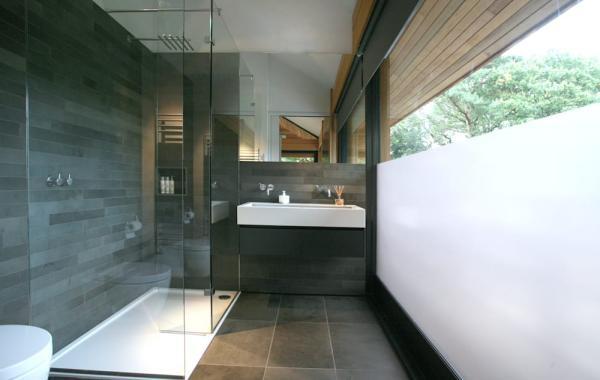 salle de bain gris anthracite accents en blanc