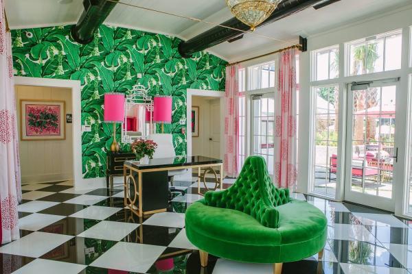 salon classique papier peint aux motifs feuille de bananier