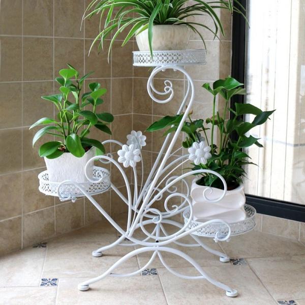 stand de fleurs à l'intérieur comme un cygne