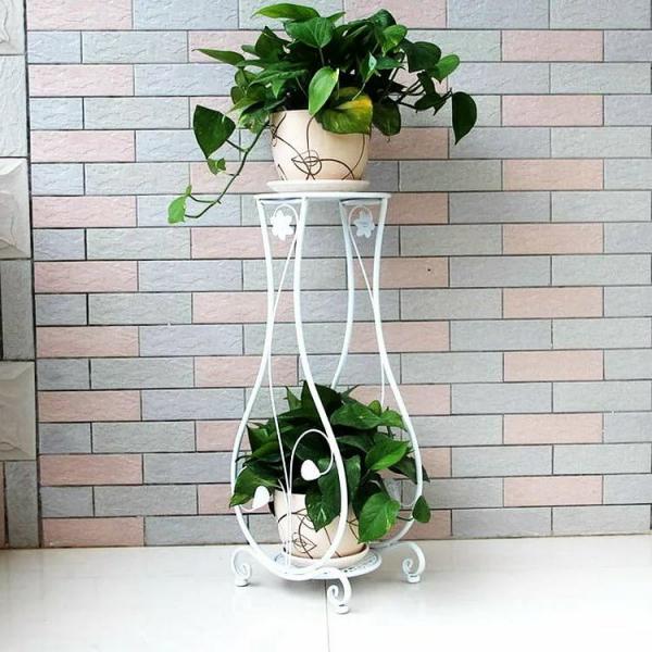 stand de fleurs à l'intérieur comme un grand vase