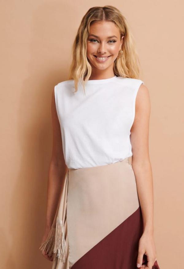 tendance mode 2020 t-shirt à épaulettes blanc jupe longue