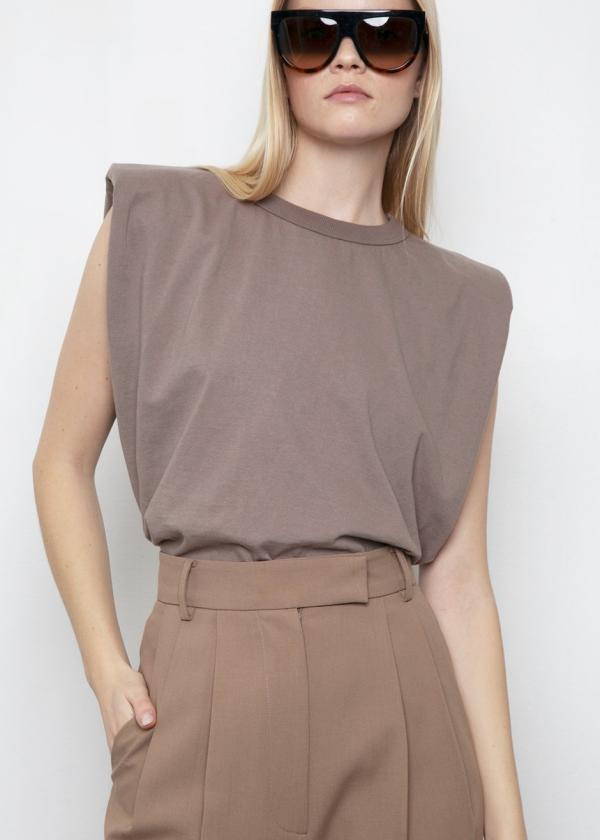 tendance mode 2020 t-shirt à épaulettes brun pastel pantalon brun