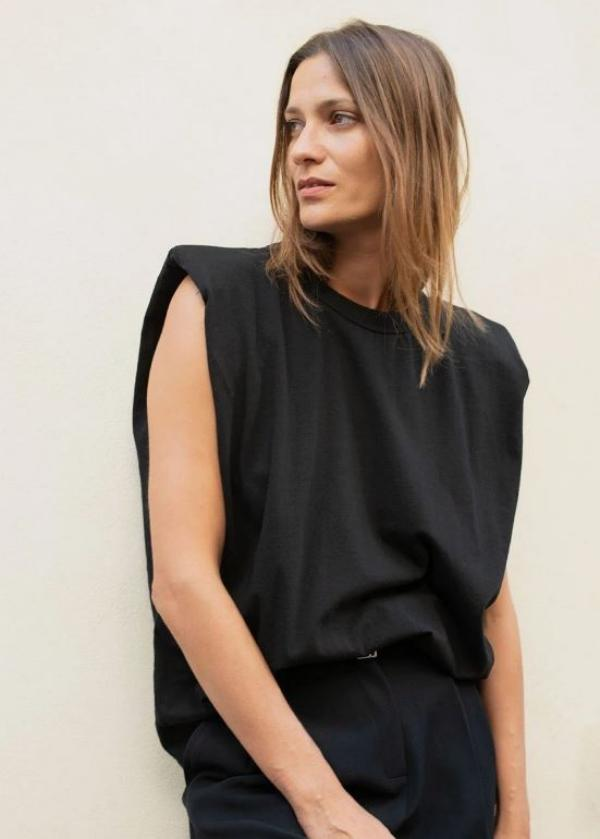 tendance mode 2020 t-shirt à épaulettes noir pantalon noir