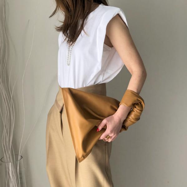tendance mode femme 2020 t-shirt à épaulettes blanc jupe beige
