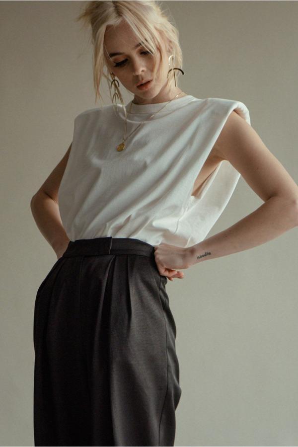 tendance mode femme 2020 t-shirt à épaulettes blanc jupe longue noire