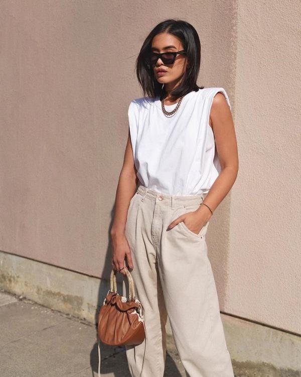 tendance mode femme 2020 t-shirt à épaulettes blanc pantalon beige