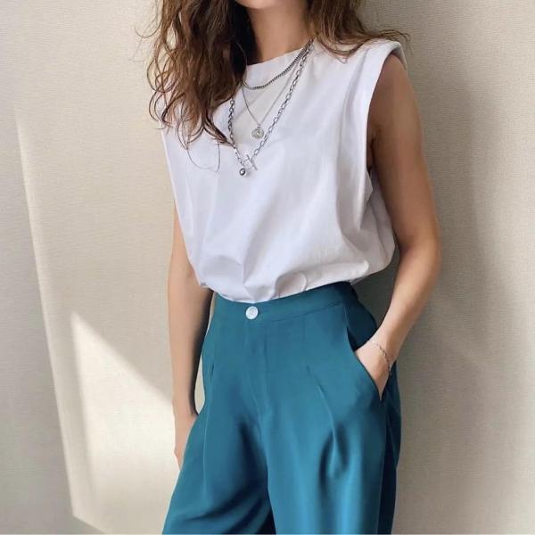 tendance mode femme 2020 t-shirt à épaulettes blanc pantalon bleu