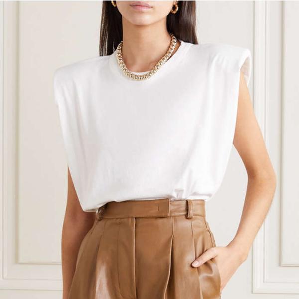 tendance mode femme 2020 t-shirt à épaulettes blanc pantalon brun clair