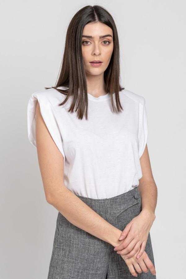 tendance mode femme 2020 t-shirt à épaulettes blanc pantalon gris