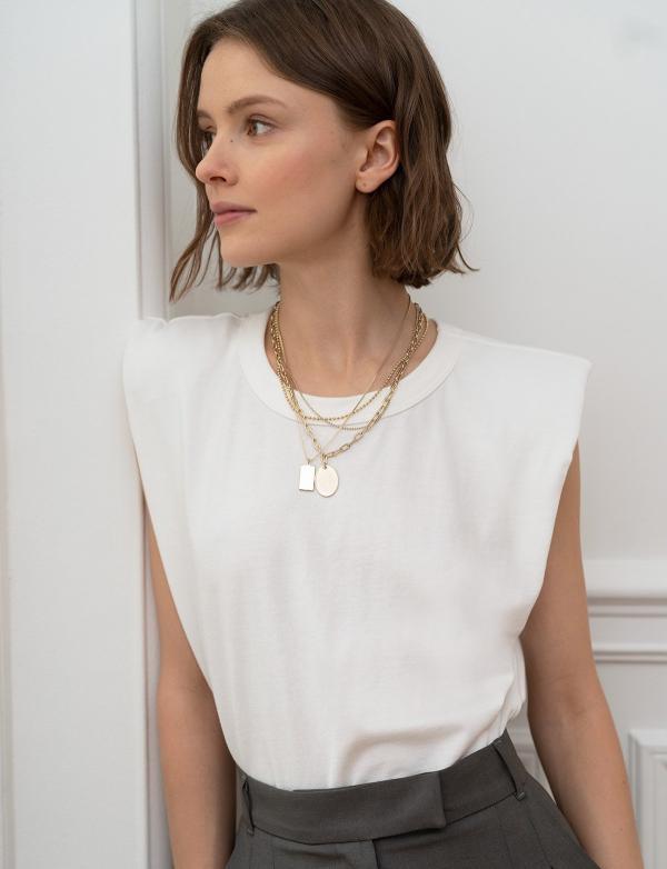 tendance mode femme 2020 t-shirt à épaulettes blanc pantalon gris foncé