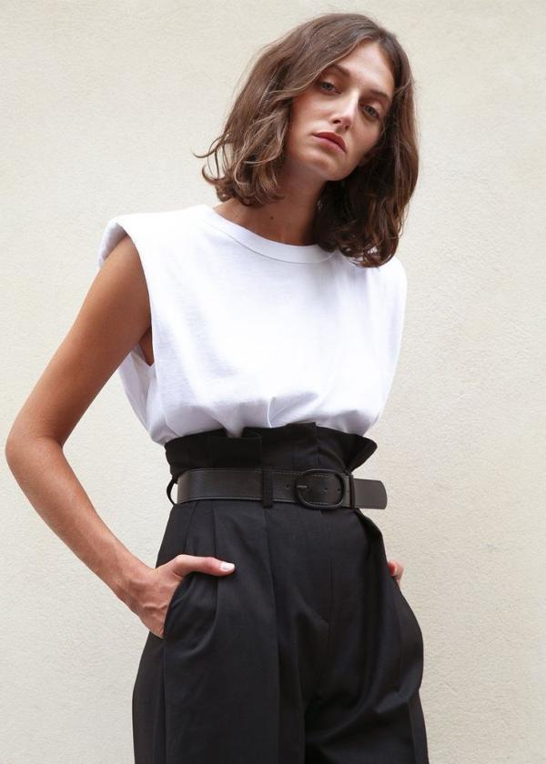 tendance mode femme 2020 t-shirt à épaulettes blanc pantalon noir ceinturé