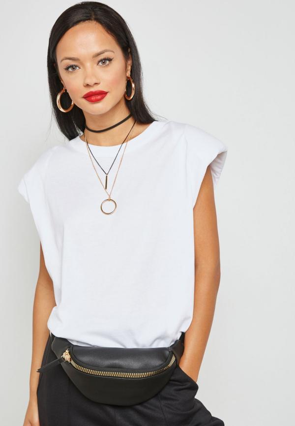 tendance mode femme 2020 t-shirt à épaulettes blanc pantalon noir