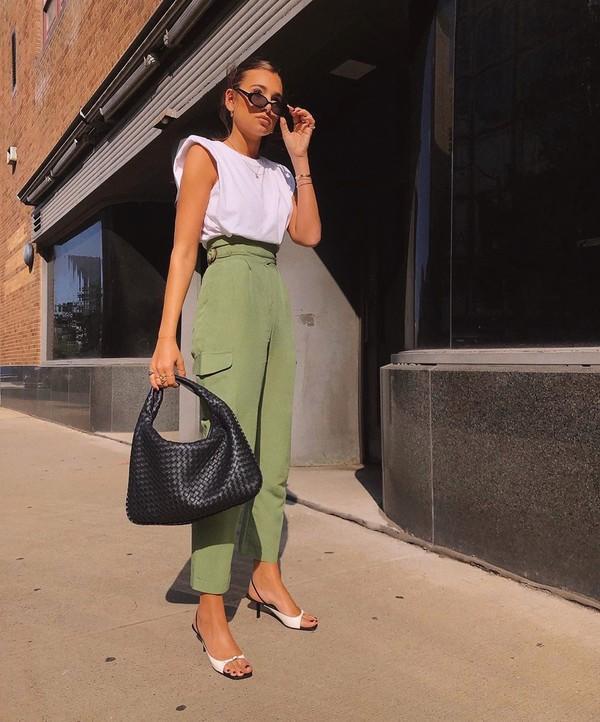tendance mode femme 2020 t-shirt à épaulettes blanc pantalon vert