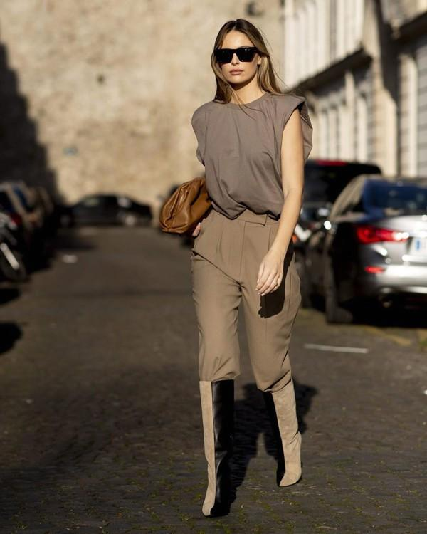 tendance mode femme 2020 t-shirt à épaulettes kaki pantalon brun clair