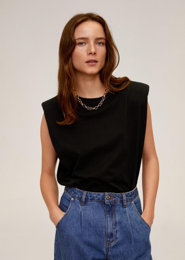 tendance mode femme 2020 t-shirt à épaulettes noir jean bleu