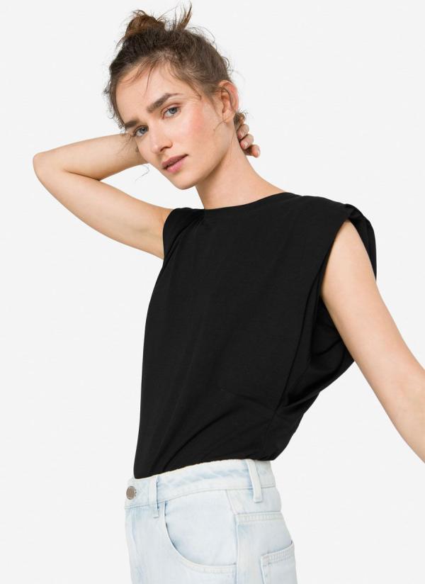 tendance mode femme 2020 t-shirt à épaulettes noir jean clair