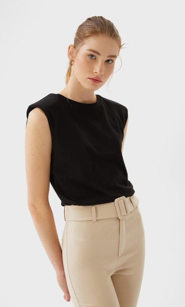tendance mode femme 2020 t-shirt à épaulettes noir pantalon beige