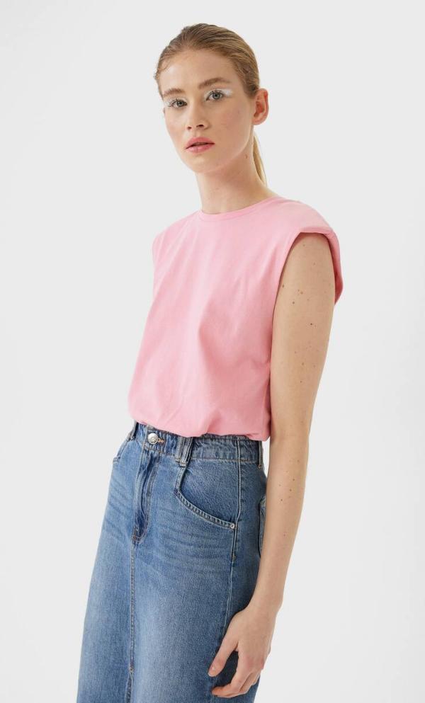 tendance mode femme 2020 t-shirt à épaulettes rose jupe en jean