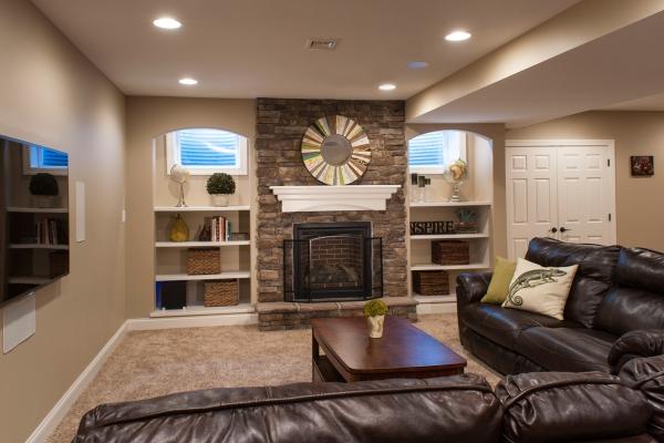 aménagement sous-sol salon avec cheminée