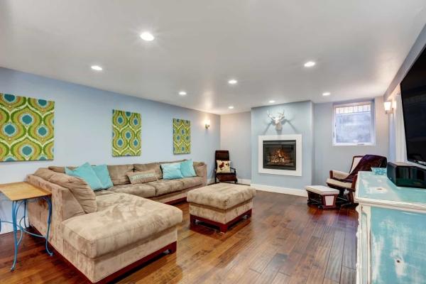 aménagement sous-sol salon couleurs pastel