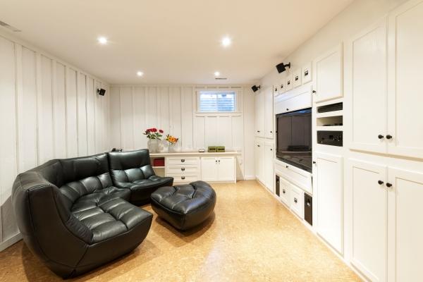 aménagement sous-sol salon en noir et blanc