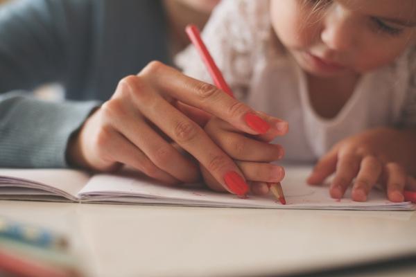 belle écriture à la main soutenir la petite main