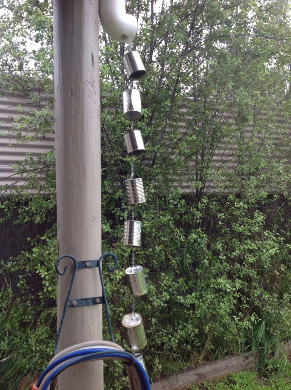 chaîne de pluie avec des boîtes de conserves