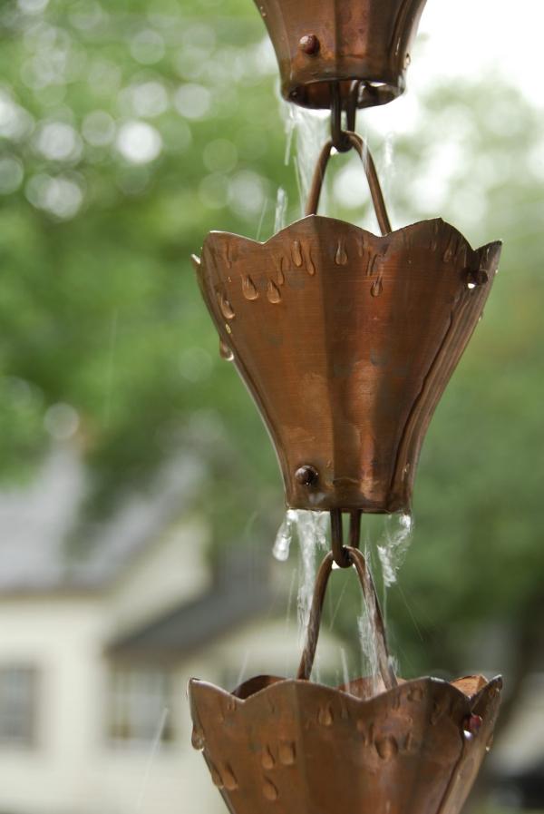 chaîne de pluie comme des couronnes