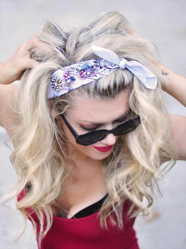 coiffure avec foulard cheveux en vagues