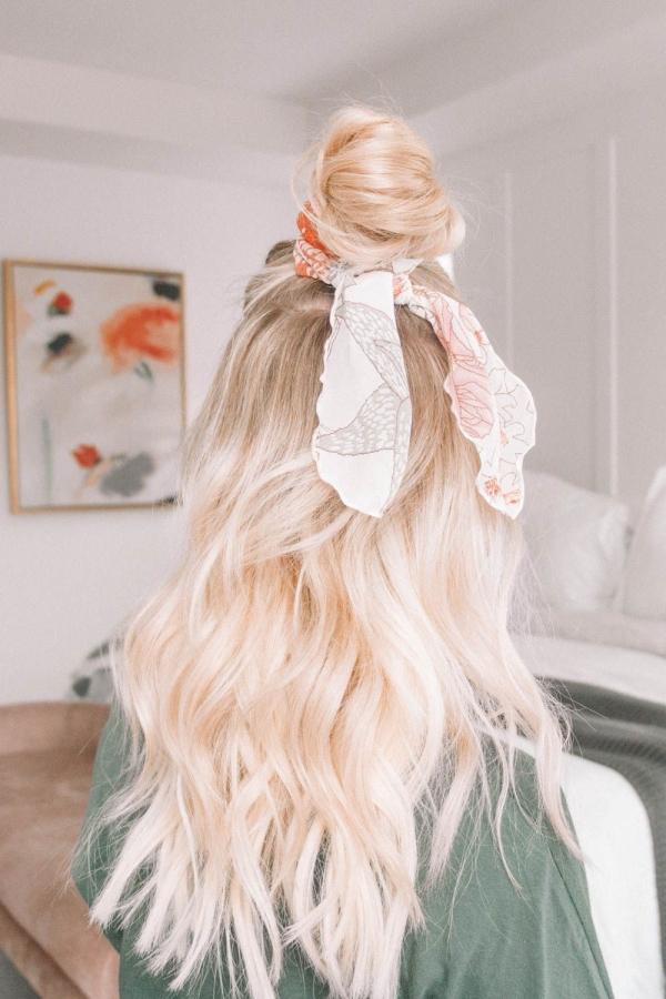 coiffure avec foulard cheveux longs lâches et chignon haut décontracté